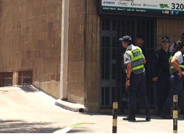 Policiais militares junto ao prédio em que entrou homem que deu tiros para o alto em rua na Asa Norte (Foto: Jéssica Nacimento/G1)