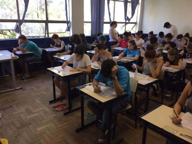 Candidatos já nas salas após o início das provas em Porto Alegre (Foto: Cristine Gallisa/ RBS TV)