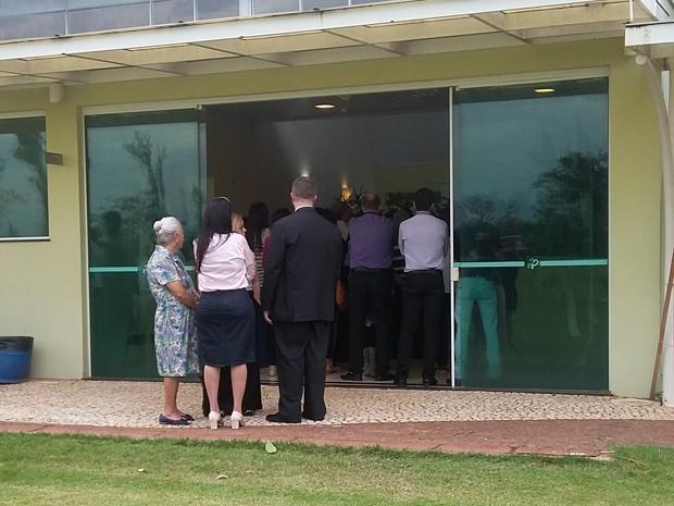Familiares e amigos estiveram no Velório Municipal Campal neste domingo (8) (Foto: Stephanie Fonseca/G1)