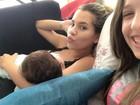 Adriana Sant'Anna amamenta o filho e faz biquinho para foto