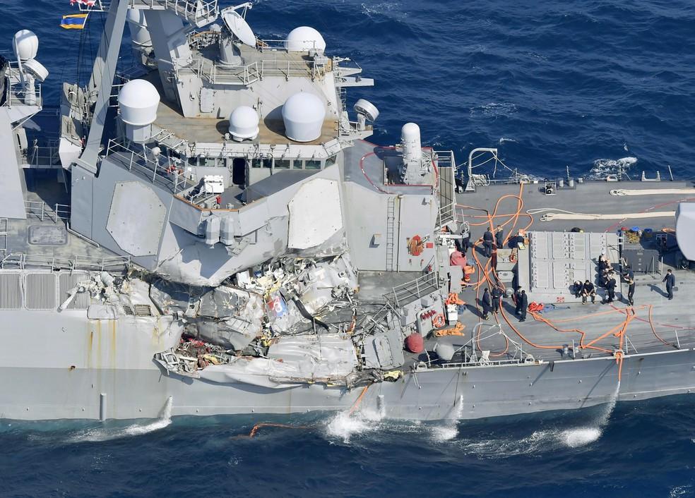 Dano causado ao USS Fitzgerald após o destróier colidir com um navio mercante com bandeira das Filipinas neste sábado (17) (Foto: Iori Sagisawa/Kyodo News via AP)