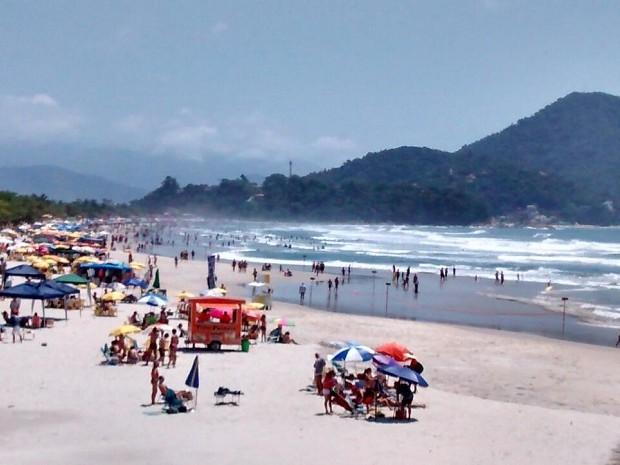 Turistas aproveitaram o calor na praia no litoral norte. (Foto: Arquivo pessoal/Vinícius Nadena)