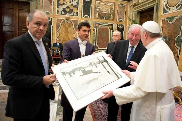 O Papa recebe uma fotografia de presente do técnico argentino, Alejandro Sabella (esq.), e do dirigente da Associação de Futebol Argentino, Julio Grondona (Foto: AP/Osservatore Romano)