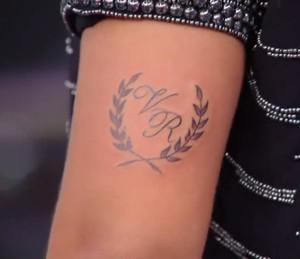 Casal tatua brasão do convite de casamento durante o 'Amor & Sexo' (Foto: TV Globo)