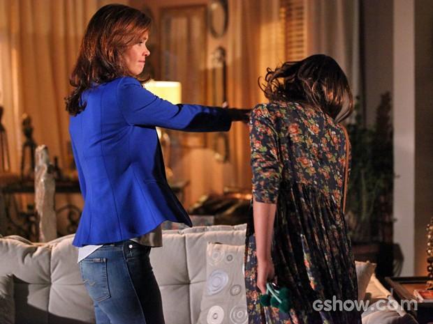 Depois de ouvir conversinha de Luiza, Helena solta a mão no rosto da filha (Foto: Carol Caminha/ TV Globo)