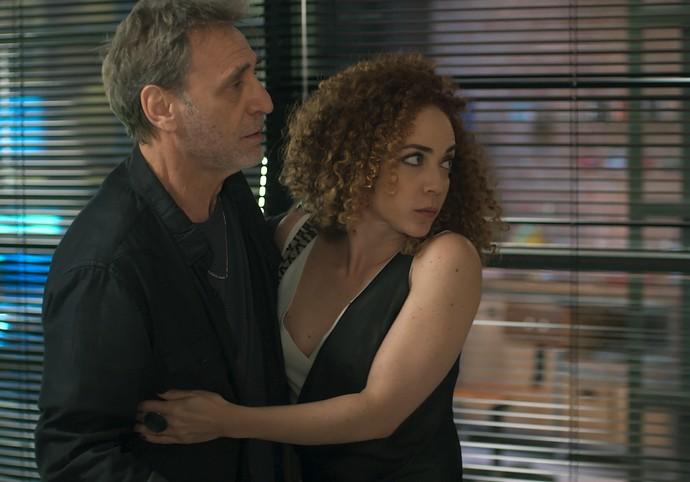 Gordo e Laila são surpreendidos por Diana (Foto: TV Globo)