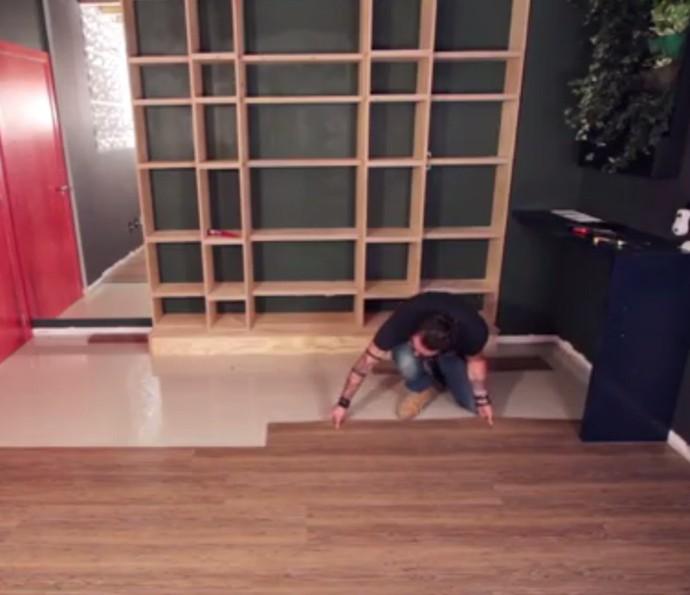 Aprenda a aplicar piso vinílico de maneira prática, sem usar cola (Foto: Reprodução)