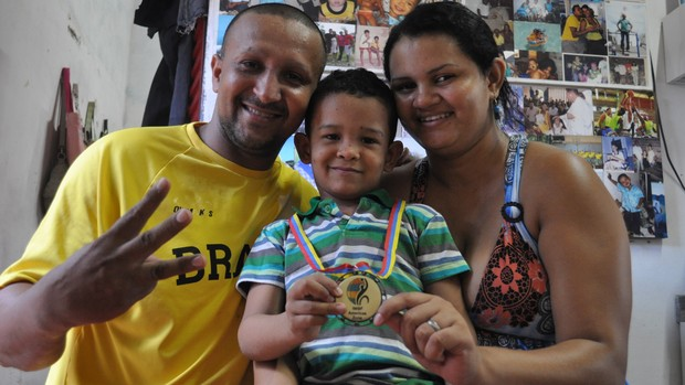 José Filho e a esposa com o mais novo brinquedo do filho Felipe (Foto: Renan Morais/ globoesporte.com)