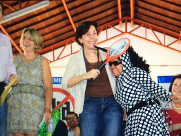 Ministra Tereza Campello dá raquetada no Aedes aegypti durante visita a escola em MS (Foto: Gabriela Pavão/G1 MS)