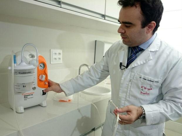 Médico mostra aparelho inglês que reduz tempo de internação após cirurgias (Foto: Jomar Bellini / G1)
