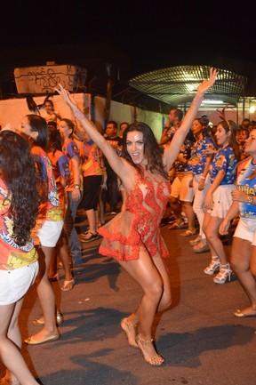 Carla Prata em ensaio da escola de samba carioca União da Ilha (Foto: Rodrigo Mesquita/ Divulgação)