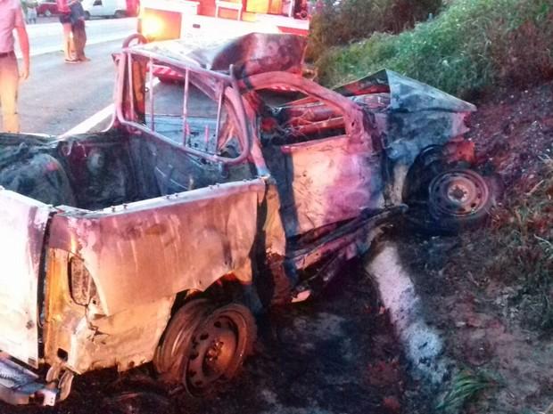 Depois de bater em um caminhão, o carro de Anselmo atingiu um barranco e pegou fogo (Foto: Divulgação/PRF)