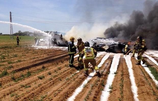 Imagem divulgada no perfil do corpo de bombeiros da Espanha mostra o acidente (Foto: Reprodução/Twitter/@BOMBEIROSSEVILLA)