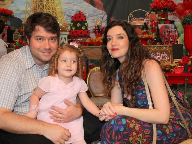 André Surkamp e Larissa Maciel com a filha, Milena, em festa no Rio (Foto: Daniel Delmiro/ Ag. News)