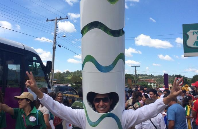 Em Goiás, médico usa fantasia de chama olímpica: Homem-tocha (Foto: Guilherme Gonçalves/ GloboEsporte.com)