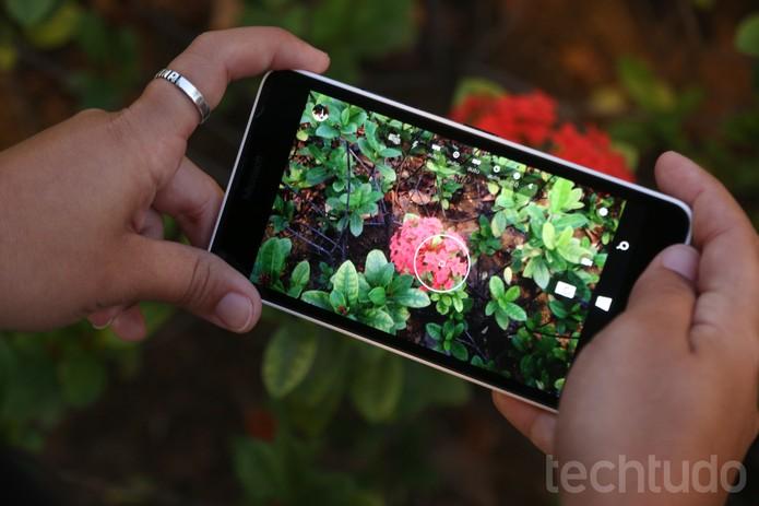A câmera traseira tem 8 megapixels e surpreende com fotos em boa qualiadde (Foto: Lucas Mendes/TechTudo)
