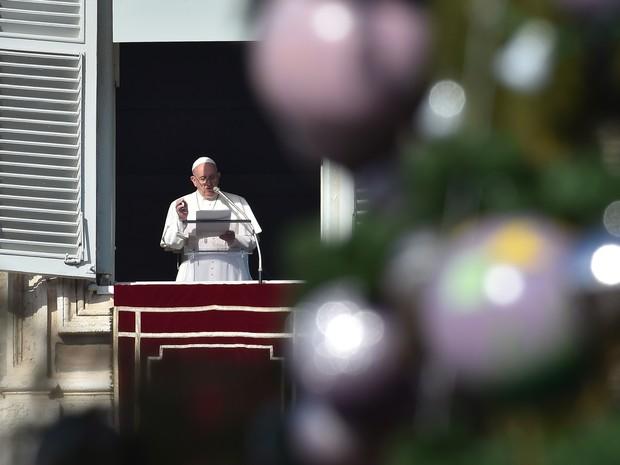 O Papa Francisco fala a fiéis na Praça São Pedro neste domingo (27) no Vaticano (Foto: Vincenzo Pinto/AFP)