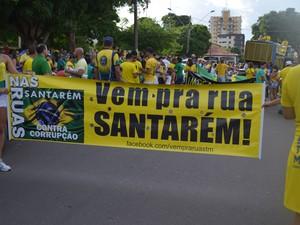 Com faixas e cartazes santarenos foram as ruas nesse domingo.  (Foto: Larisse Caripuna/G1 Santarém)