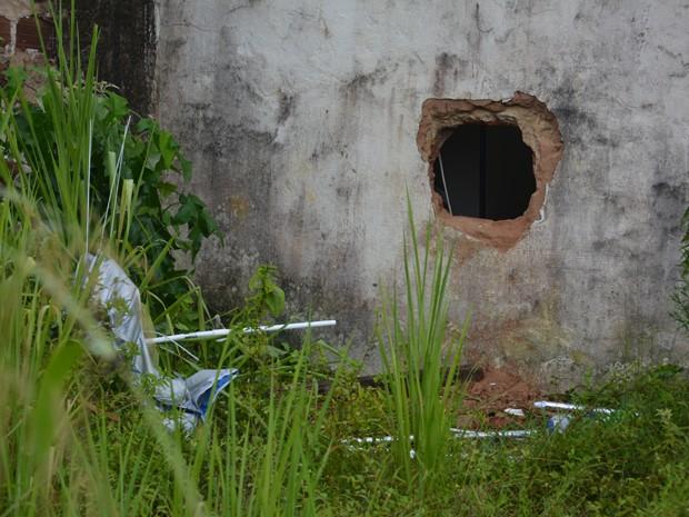 Bandidos entraram na agência por meio de um buraco (Foto: Walter Paparazzo/G1)