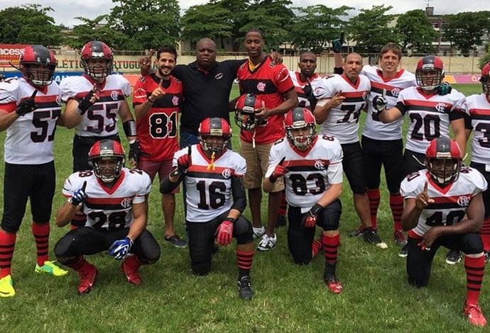 Jerome Meyinsse e Nico Laprovittola com os jogadores de futebol americano do Fla (Foto: Reprodução/ Instagram)