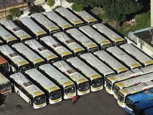 ´Ônibus parados na garagem da Transporte São Silvestre, no Rio de Janeiro (RJ), na manhã desta terça-feira (13), durante nova greve de motoristas e cobradores (Foto: José Lucena/Futura Press/Estadão Conteúdo)