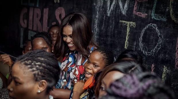 Primeira-Dama conversou com inúmeras meninas que buscam uma educação melhor (Foto: Reprodução)
