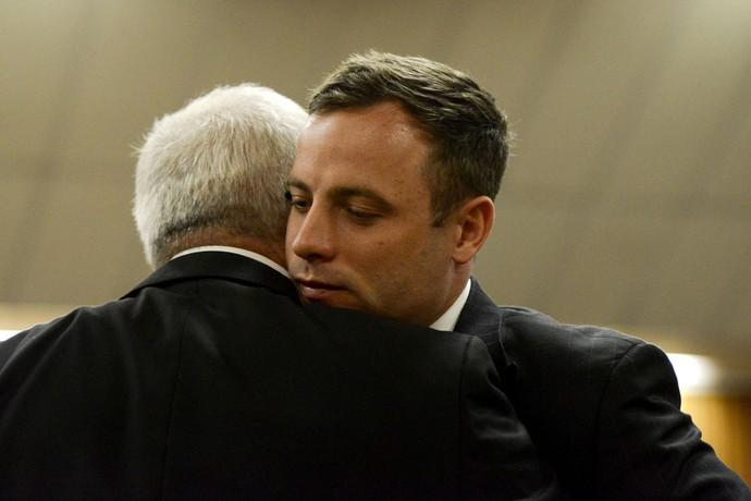 Oscar Pistorius e o pai, julgamento (Foto: Reuters)