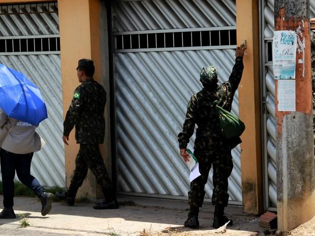 Militares entraram nas casas em busca de focos do mosquito (Foto: Rickardo Marques/G1 AM)