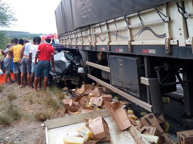 Acidente entre carro e carretas na BR-101, na Bahia (Foto: Fábio santos/ A Voz da Bahia)