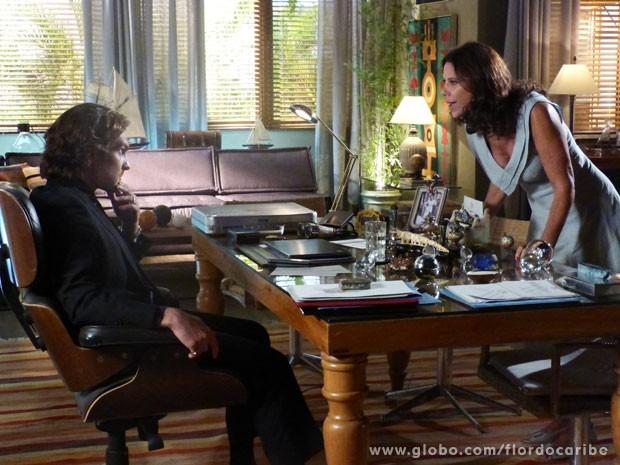 Lindaura ameaça Alberto (Foto: Flor do Caribe / TV Globo)