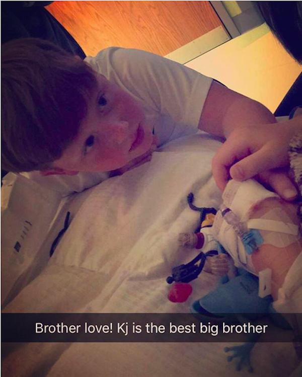 O irmão do pequeno Kash, filho da socialite Kim Zolciak, visitando o garotinho no hospital (Foto: Instagram)