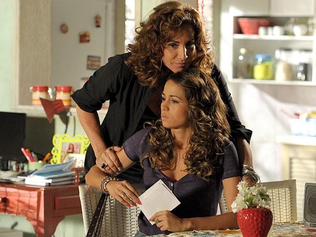 Wanda se faz de boazinha e engana Morena (Foto: Divulgação/TV Globo)