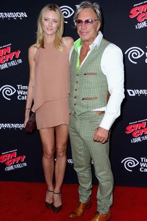 Mickey Rourke e a modelo Anastassija Makarenko em première de filme em Los Angeles, nos Estados Unidos (Foto: Frazer Harrison/ Getty Images/ AFP)
