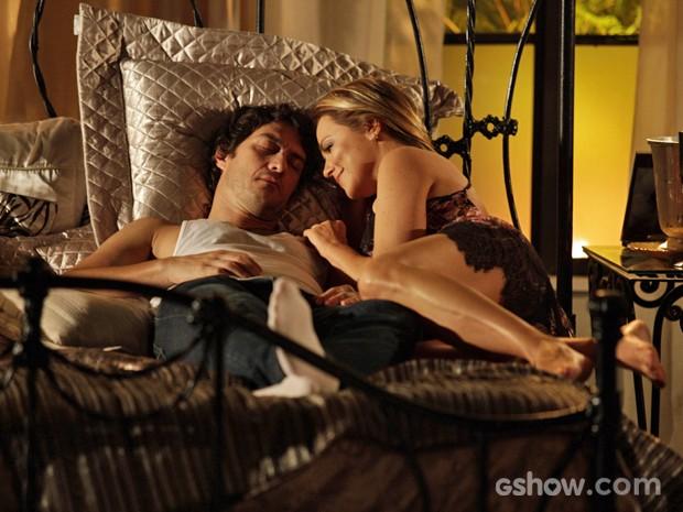 Shirley cuida de Laerte e põe o bonitão para dormir em sua cama (Foto: Pedro Curi/ TV Globo)