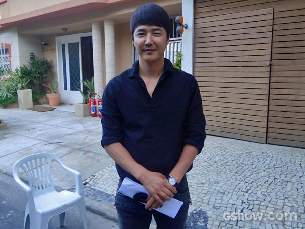 Astro coreano Yoon Sang-hyun visita a cidade cenográfica de 'Em Família' (Foto: Em Família/ TV Globo)