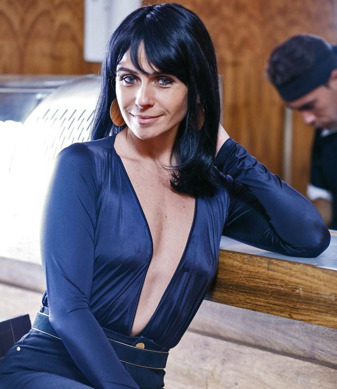 Giovanna Antonelli veste uma peruca negra e põe lentes azuis para cena de Atena (Foto: Ellen Soares / Gshow)