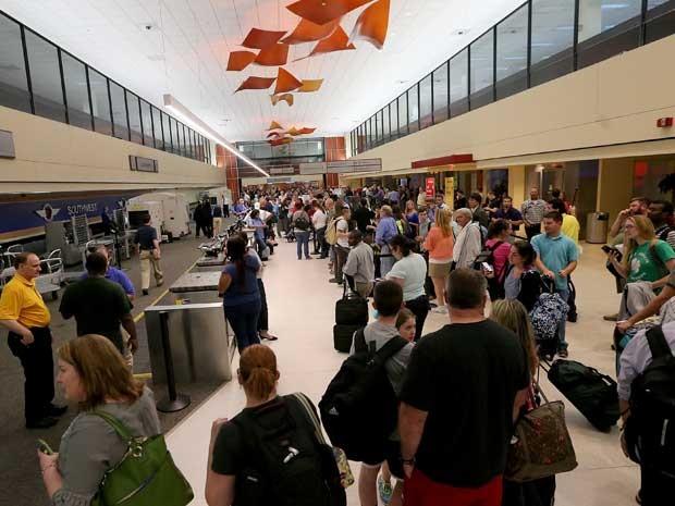 Longas filas se formaram no Aeroporto Internacional Louis Armstrong, em Nova Orleans, após disparos. (Foto: Michael DeMocker / Nola.com / AP Photo)
