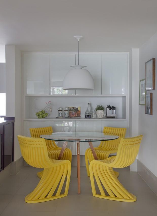 yamagata-arquitetura-leblon-rj-copa-cadeiras-amarelas-mesa (Foto: Denílson Machado/MCA Estúdio)