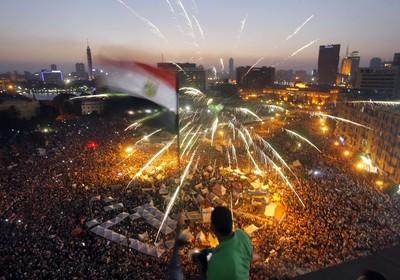 Milhares de egípcios manifestaram neste domingo (30) na Praça Tahrir, no Cairo, contra a permanência do presidente do Egito,  Mohamed Morsi, no poder (Foto: AP Photo/Amr Nabil))