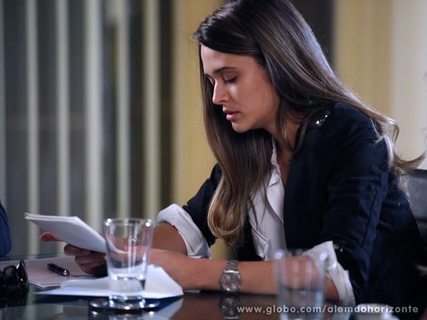 Lili lê a carta-testamento deixada pelo pai, LC, e se emociona com as