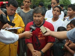 Carlos Silva entrou na mata para acompanhar as buscas (Foto: Rosianne Couto/G1 AM)
