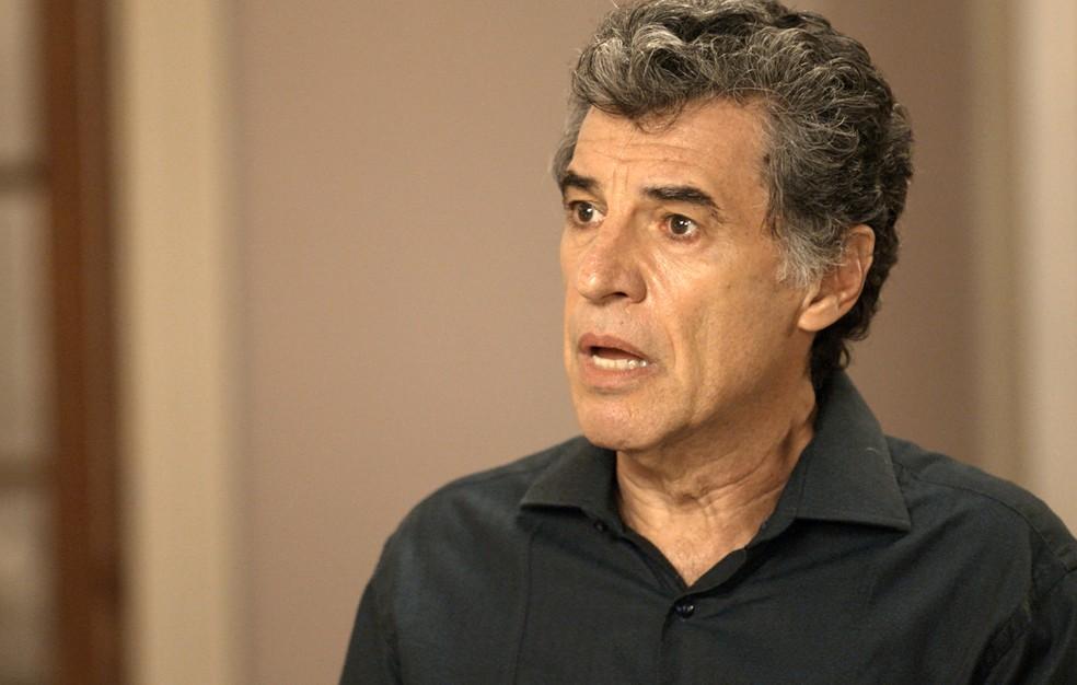 Haroldo fica em choque ao ser colocado contra a parede (Foto: TV Globo)