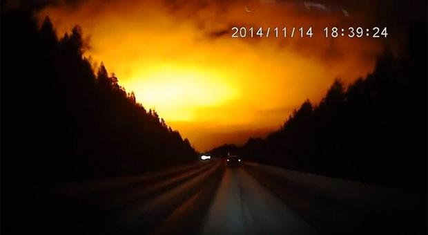 Bola de fogo cruzando o céu foi vista na Rússia no dia 14 de novembro (Foto: Reprodução/YouTube/Tatyana Volkova)