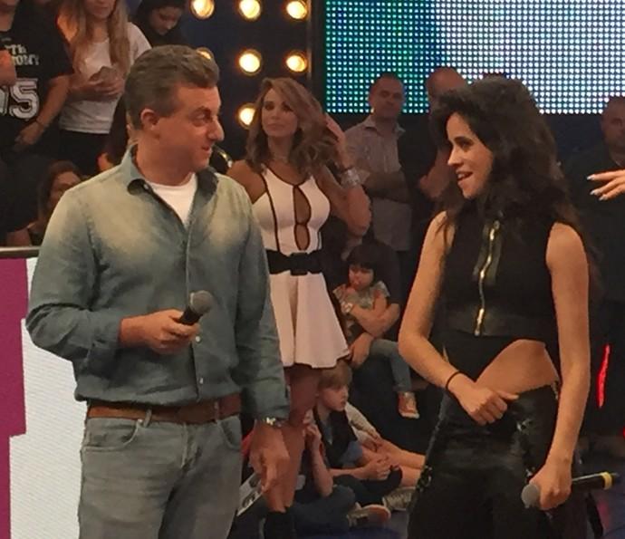 Camila Cabello cutuca Luciano Huck, elogiando a beleza de Angélica (Foto: Guilherme Toscano / Gshow)