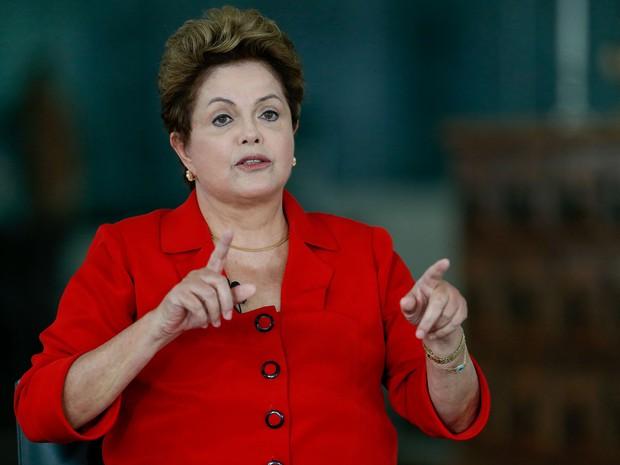 Dilma Rousseff (PT), candidata à reeleição no pleito de outubro, participa nesta segunda-feira (28) de sabatina realizada pela Folha, pelo portal UOL (ambos do Grupo Folha), pelo SBT e pela rádio Jovem Pan, no Palácio da Alvorada, em Brasília (Foto: Pedro Ladeira/Folhapress)