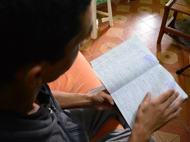 Alexandre guarda cadernos desde 1996 que comprovam doações feitas pela ONG que mantém em Suzano (Foto: Nicholas Modesto/ TV Diário)