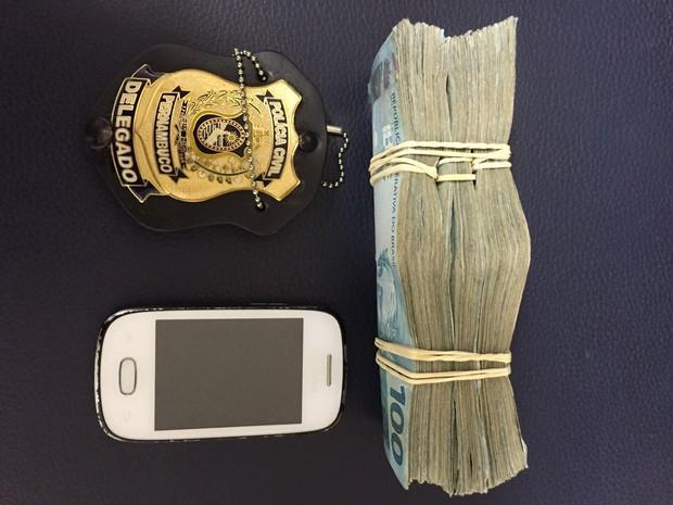 Homem foi preso após sacar R$ 30 mil em agência bancária de Caruaru (Foto: Divulgação/Polícia Civil)