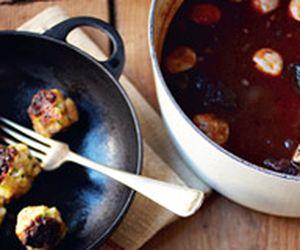 Ensopado de carne ao vinho tinto com bolinhas de baguete