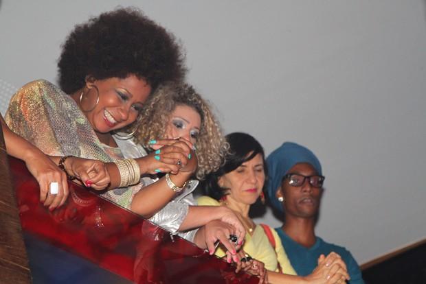 Karla Silva assiste apresentação de Ju Moraes (Foto: Amauri Nehn e Thiago Duran/Agnews)