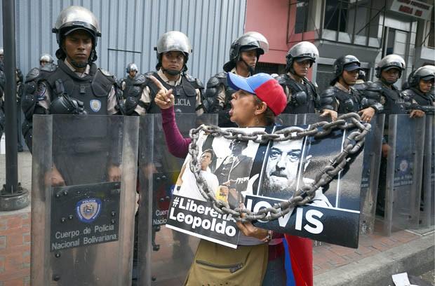 Mulher grita contra a polícia durante protesto da oposição em Caracas (Foto: Juan Barreto/AFP)